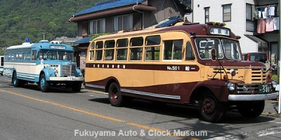鞆鉄道の いすゞBX341(前側)と当館の日野BH15(後側) ボンネットバス縦列2台並び【クリックで大きく表示】