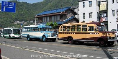 ボンネットバス2台と鞆鉄道の新車・三菱ふそうエアロミディSKG-MK27FH(社番F2-211)【クリックで大きく表示】