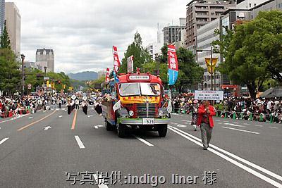 2012年5月3日、ひろしまフラワーフェスティバルの花の総合パレードに出場したボンネットバス・日野BA14