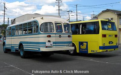 ボンネットバス・日野BH15(1961年式,帝国自動車工業)と両備バスの三菱ふそうエアロバスSDとの2台並び 当館バス駐車場において