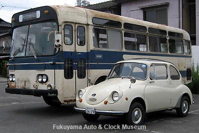 1968年式車2台並び 三菱ふそうMR620とスバル360DX