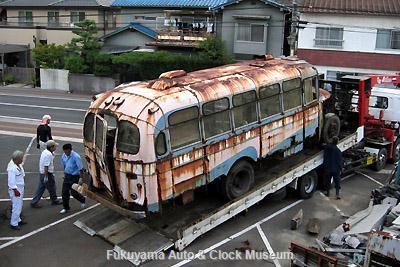 元中鉄バスのニッサンU690(1964年式,富士重工業)廃車体引き取り作業風景 9月11日撮影