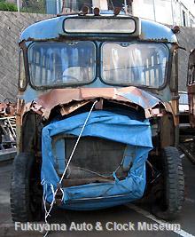 元中鉄バスのニッサンU690(1964年式,富士重工業)廃車体 エンジンまわりをブルーシートで覆った後の状況