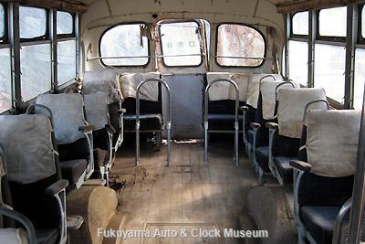 元中鉄バスのニッサンU690(1964年式,富士重工業)廃車体 車内後部
