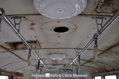 元中鉄バスのニッサンU690(1964年式,富士重工業)廃車体 天井(後部→前部)