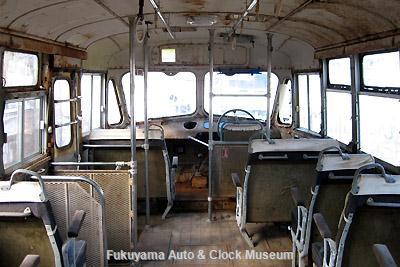 元中鉄バスのニッサンU690(1964年式,富士重工業)廃車体 車内前部