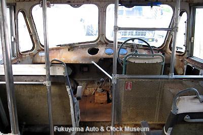 元中鉄バスのニッサンU690(1964年式,富士重工業)廃車体 車内左側最前列席(二人がけ)と運転台