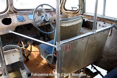 元中鉄バスのニッサンU690(1964年式,富士重工業)廃車体 運転席まわり