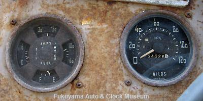 元中鉄バスのニッサンU690(1964年式,富士重工業)廃車体 (右側)スピードメーターと(左側)コンビネーションメーター