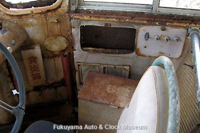 元中鉄バスのニッサンU690(1964年式,富士重工業)廃車体 運転席右側の装備
