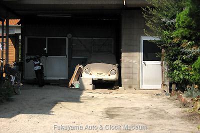 当館近く福山市内某所にあるスバル360(40型スタンダード?)の廃車体