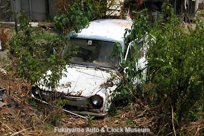 当館近く福山市内某所にあるマツダ キャロル360(後期型,2ドア,デラックス)の廃車体