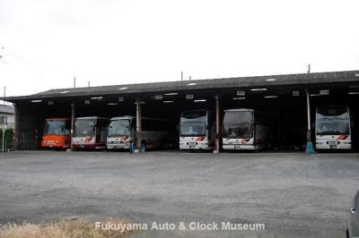 旧井笠鉄道 福山自動車営業所 貸切車の並ぶ車庫 10月18日撮影【クリックで大きく表示】