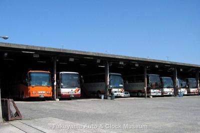 旧井笠鉄道 福山自動車営業所 貸切車の並ぶ車庫 10月16日撮影【クリックで大きく表示】