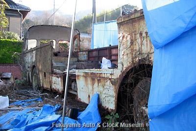 呉市広両谷にあった元広島電鉄のリアエンジンバス(貸切車)・いすゞBC151P(川崎航空機工業・昭和35年10月製造)廃車体の現地解体状況 2009年3月26日撮影