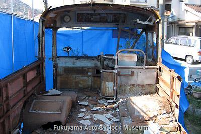 呉市広両谷にあった元広島電鉄のリアエンジンバス(貸切車)・いすゞBC151P(川崎航空機工業・昭和35年10月製造)廃車体の現地解体状況(車内前側) 2009年3月26日撮影