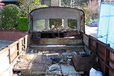 呉市広両谷にあった元広島電鉄のリアエンジンバス(貸切車)・いすゞBC151P(川崎航空機工業・昭和35年10月製造)廃車体の現地解体状況(車内後側) 2009年3月26日撮影