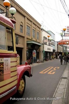 豊後高田 昭和の町 新町通り商店街を行くボンネットバス・いすゞBX141【クリックで大きくカラー表示】