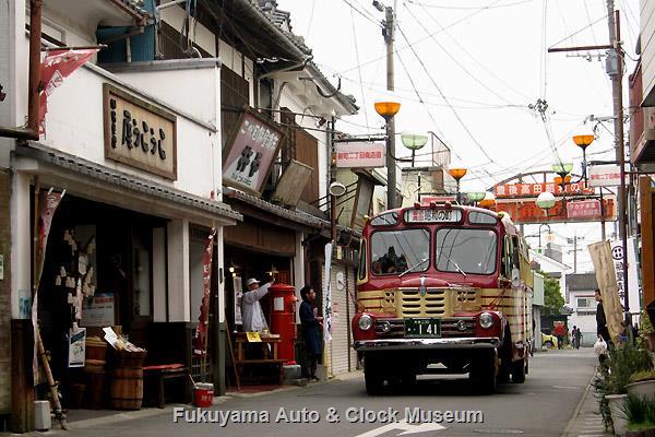 豊後高田 昭和の町 新町通り商店街を行くボンネットバス・いすゞBX141