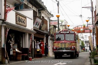 豊後高田 昭和の町 新町通り商店街(二代目餅屋清末 杵や前)を行くボンネットバス・いすゞBX141【クリックで大きく表示】