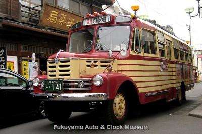 豊後高田 昭和の町 新町通り商店街(ウエガキ薬局前)を行くボンネットバス・いすゞBX141【クリックで大きく表示】