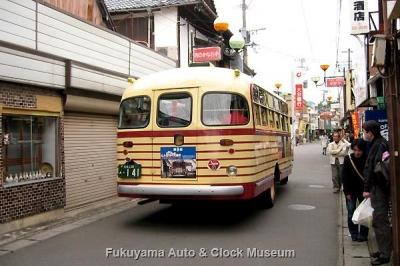 豊後高田 昭和の町 新町通り商店街(肉のかなおか前)を行くボンネットバス・いすゞBX141【クリックで大きく表示】