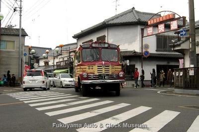 豊後高田 昭和の町 新町通り・中央通り交差点(雑貨や 悠遊館前)を行くボンネットバス・いすゞBX141【クリックで大きく表示】