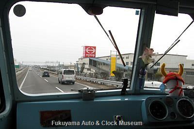 3月31日13時11分、名古屋市へ向けて名神高速道路(岐阜日野自動車本社脇)を進むボンネットバス・日野BA14