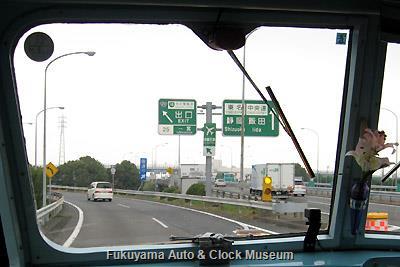 3月31日13時27分、名古屋市へ向けて名神高速道路 一宮ICを進むボンネットバス・日野BA14