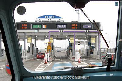 3月31日13時34分、名古屋市へ向けて名古屋高速道路 清須料金所(ETCレーン)を進むボンネットバス・日野BA14