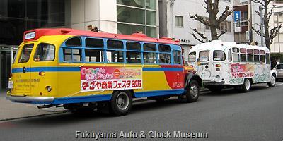 ボンネットバス2台並び 当館の日野BA14と日本自動車博物館の いすゞBXD30 3月31日、名古屋市中心部のオフィス街において
