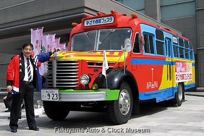 河村たかし名古屋市長とボンネットバス・日野BA14 4月1日、名古屋市公館前で撮影