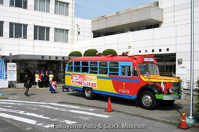 4月1日、名古屋市中川区役所を表敬訪問したボンネットバス・日野BA14