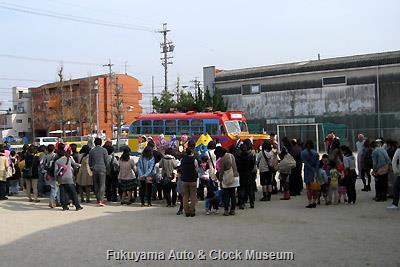 4月1日、名古屋市中川区打中二丁目の打中幼稚園を訪問したボンネットバス・日野BA14
