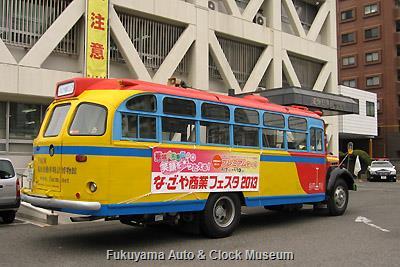 4月2日、熱田警察署を表敬訪問したボンネットバス・日野BA14