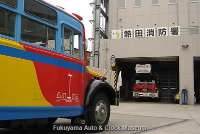 4月2日、熱田消防署を表敬訪問したボンネットバス・日野BA14 イベコ・マギルス(ドイツ)製はしご車とご対面