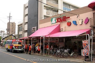 4月3日、名古屋市中村区・笈瀬本通商店街のフレッシュプラザ パルミーを訪問したボンネットバス・日野BA14