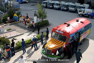4月4日、名古屋市千種環境事業所を表敬訪問したボンネットバス・日野BA14