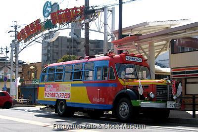 4月5日、名古屋市緑区・中京競馬場駅前商店街を訪問したボンネットバス・日野BA14