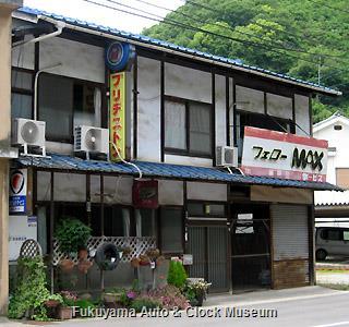 「フェローMAX」の名入り看板を掲げ続けられている広島県某島の自動車店(開店休業状態?)