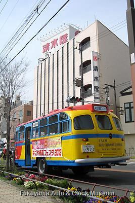 4月1日、名古屋市中川区尾頭橋三丁目(尾頭橋商店街)のスーパーマーケット・清水屋尾頭橋店前を訪問したボンネットバス・日野BA14