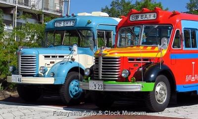 剣道面並び ボンネットバス・日野BA14(1958年式,東浦自動車工業)と日野BH15(1961年式,帝国自動車工業)【クリックで大きく表示】
