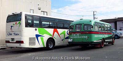 新旧UDマークのバス並び