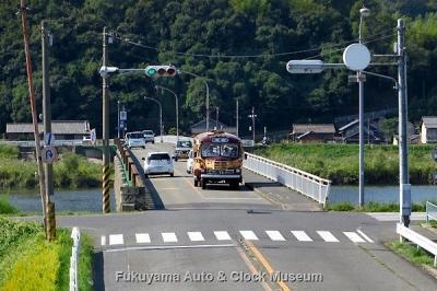 鞆鉄道のボンネットバス・いすゞBX341 鞆港・鞆の浦→福山駅前 運行風景 10月14日10時30分、草戸大橋東側の歩道橋上より【クリックで大きく表示】