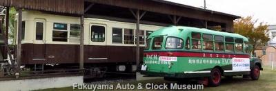 高松琴平電気鉄道760号(元玉野市営電気鉄道モハ103号)とボンネットバス・ニッサンU690との並び【クリックで大きく表示】