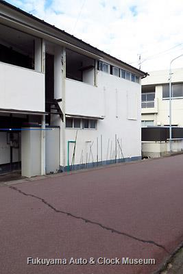 玉野市電 玉野保健所前駅のホームへ直結されていた階段の上部が残るアパート(11月13日 下見時撮影)