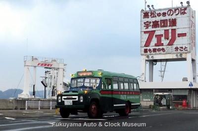 宇高国道フェリーの宇野港ターミナルを訪れたボンネットバス・ニッサンU690【クリックで大きく表示】