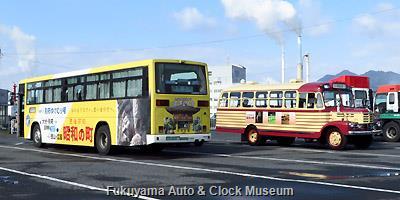豊後高田市のボンネットバス・いすゞBX141と 大分交通の「別府ゆけむり号」(豊後高田市PRラッピングバス)とのツーショット 徳山港において