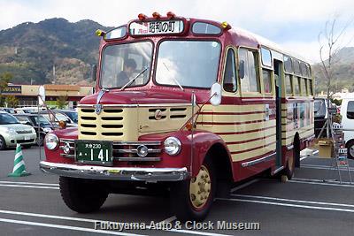 イオンタウン周南でのボンネットバス・いすゞBX141 展示風景