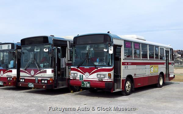 『その後の井笠鉄道バス』101ページ掲載 井笠バスカンパニーで運用離脱となった日野U-RU3HJAAブルーリボン(1991年式,日野車体工業,H9103,岡山22か3305)と福山営業所から笠岡営業所へ転属となった いすゞU-LR232J(1995年式,富士重工業6E,Z9501,福山22く1310→倉敷200か200) 2013年10月4日、笠岡営業所(美の浜車庫)で撮影